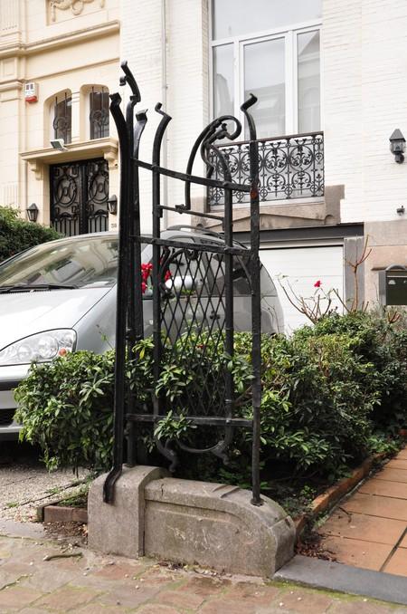 Avenue Maurice 40, Ixelles, grille du jardinet, pan médian (© APEB, photo 2012).