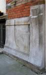 Rue des Éburons 31, Bruxelles Extension Est, soubassement, côté droit avec signature (© SPRB-BDU, photo APEB 2007).