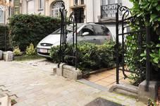 Avenue Maurice 40, Ixelles, vestiges de la grille du jardinet (© APEB, photo 2012).