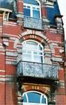 Avenue des Frères Haeghe 25, Tournai, troisième étage, fenêtre droite (© APEB, photo 2002).