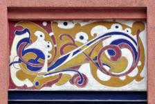 Avenue des Azalées 8-9, Schaerbeek, façade principale, première travée, entresol, sgraffite d'allège (© SPRB-BDU, photo APEB 2012).