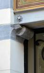 Rue Washington 127, Ixelles, porte, console du linteau (© APEB, photo 2016).