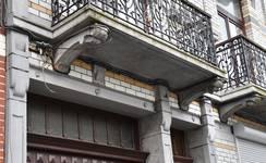 Rue Rasson 43-45, Schaerbeek, premier étage, encorbellement du balcon gauche (© APEB, photo 2016).
