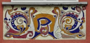 Avenue des Azalées 8-9, Schaerbeek, façade latérale, entresol, pan gauche de l'oriel, sgraffite d'allège (© SPRB-BDU, photo APEB 2012).