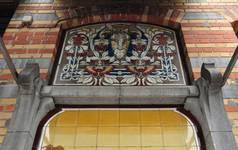 Avenue Louis Bertrand 53-61, Schaerbeek, rez-de-chaussée côté avenue, panneau décoratif en carrelage (© APEB, photo 2012).