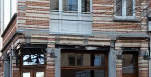 Chaussée de Wavre 580-582, Etterbeek, traces d'un balcon d'origine au premier étage côté chaussée (© APEB, photo 2016).