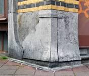 Rue Peter Benoit 2-4 et chaussée de Wavre 517-519, Etterbeek, soubassement côté chaussée, à l'angle du pan coupé (© APEB, photo 2016).