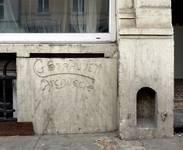 Chaussée de Louvain 231, Saint-Josse-ten-Noode, soubassement, signature (© APEB, photo 2016).