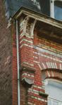 Avenue des Frères Haeghe 25, Tournai, détail du couronnement (© APEB, photo 2002).
