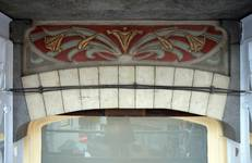 Rue Souveraine 52, Ixelles, sgraffite sous la logette (© APEB, photo 2016).