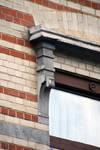 Rue des Coteaux 53-55 et 57-59, Schaerbeek, oriel, premier étage, fenêtre de la deuxième travée, détail (© APEB, photo 2016).