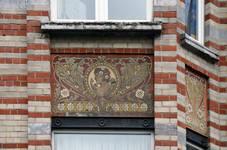 Rue des Coteaux 53-55 et 57-59, Schaerbeek, oriel, premier étage, dernière travée, sgraffite d'allège (© SPRB-BDU, photo APEB 2014).