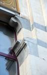 Rue Washington 127, Ixelles, premier étage, travée d'entrée, piédroit de la fenêtre (© APEB, photo 2016).