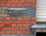Rue des Éburons 31, Bruxelles Extension Est, détail du piédroit gauche de la vitrine (© APEB, photo 2015).