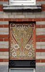 Rue des Coteaux 53-55 et 57-59, Schaerbeek, oriel, deuxième étage, pan droit, sgraffite d'allège (© SPRB-BDU, photo APEB 2014).