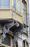 Rue Souveraine 52, Ixelles, corbeaux de la logette (© APEB, photo 2016).