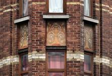 Rue Victor Lefèvre 61 et rue de Linthout 88, Schaerbeek, oriel d'angle, premier étage, sgraffites d'allège (© APEB, photo 2016).