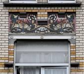 Boulevard Lambermont 146, Schaerbeek, travée gauche, second étage, sgraffite d'allège (© APEB, photo 2016).