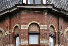 Rue Victor Lefèvre 61 et rue de Linthout 88, Schaerbeek, oriel d'angle, second étage, sgraffites de tympan (© APEB, photo 2016).