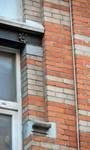 Rue des Éburons 31, Bruxelles Extension Est, premier étage, piédroit de la fenêtre droite (© APEB, photo 2015).