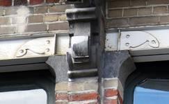 Boulevard Clovis 85-87, Bruxelles Extension Est, partie gauche, deuxième étage, détail des linteaux (© APEB, photo 2016).