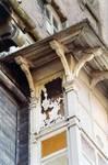 Boulevard des Déportés 34, Tournai, premier étage, logette, corniche (© APEB, photo 2002).