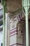 Square Ambiorix 11, Bruxelles Extension Est, colonnes de soutien du balcon du premier étage (© APEB, photo 2015).