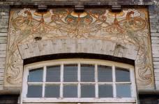 Boulevard des Déportés 34, Tournai, second étage, travée gauche, sgraffite de tympan (© APEB, photo 2002).