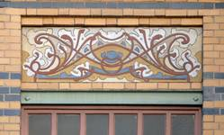Rue Peter Benoit 2-4 et chaussée de Wavre 517-519, Etterbeek, côté chaussée, deuxième étage, sgraffite sur l'allège de la première fenêtre (© APEB, photo 2016).