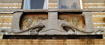 Avenue Van Cutsem 28b, Tournai, premier étage, travée droite, sgraffite d'allège (© APEB, photo 2002).