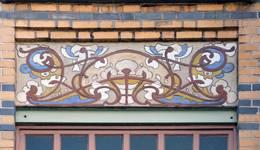 Rue Peter Benoit 2-4 et chaussée de Wavre 517-519, Etterbeek, côté chaussée, troisième étage, sgraffite sur l'allège de la première fenêtre (© APEB, photo 2016).