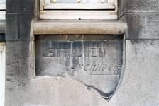 Boulevard des Déportés 36, Tournai, soubassement, signature (© APEB, photo 2002).