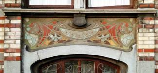 Avenue Van Cutsem 29, Tournai, rez-de-chaussée, sgraffite d'allège (© APEB, photo 2002).