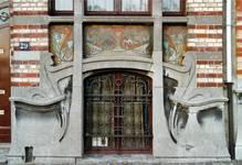 Avenue Van Cutsem 29, Tournai, soubassement et sgraffite d'allège (© APEB, photo 2002).