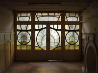 Square Ambiorix 11, Bruxelles Extension Est, portes à vitraux entre les hall d'entrée et pièce avant du demi sous-sol, vue vers le hall (© SPRB-BDU, photo APEB 2003).