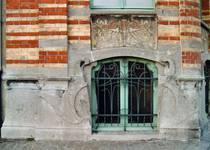 Rue des Volontaires 1, Tournai, soubassement côté avenue (© APEB, photo 2002).