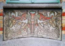 Rue des Volontaires 1, Tournai, rez-de-chaussée, sgraffite d'allège côté avenue (© APEB, photo 2002).
