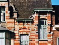 Rue des Volontaires 1, Tournai, couronnement côté rue (© APEB, photo 2002).
