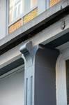 Rue Vanderhoeven 22, Saint-Josse-ten-Noode, pilastre entre les deux entrées (© APEB, photo 2016).