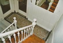 Rue des Volontaires 1, Tournai, cage d'escalier, palier du rez-de-chaussée (© APEB, photo 2002).