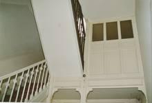 Rue des Volontaires 1, Tournai, cage d'escalier, premier repos avec WC (© APEB, photo 2002).