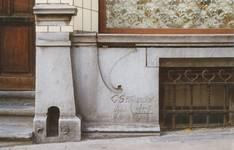 Chaussée de Louvain 235, Saint-Josse-ten-Noode, soubassement avec date et signature (© APEB, photo 2000).