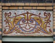 Rue Peter Benoit 2-4 et chaussée de Wavre 517-519, Etterbeek, pan coupé, sgraffite sur l'allège du deuxième étage (© APEB, photo 2016).